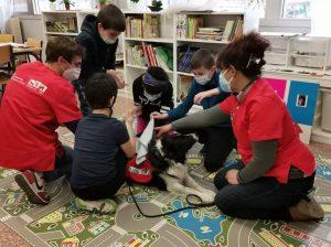 Perro de la Oficina de Intervención Asistida con Animales de la URJC con niños