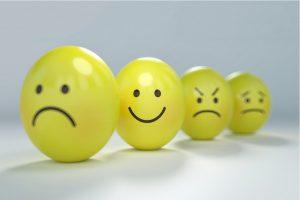 Emoticonos que expresan diferentes estados de ánimo, siendo la cara alegre la destacada