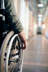 vista parcial de una persona en silla de ruedas