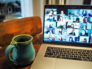 Evento en línea Pantalla de portatil que muestra a personas conectadas a traves de videoconferencia