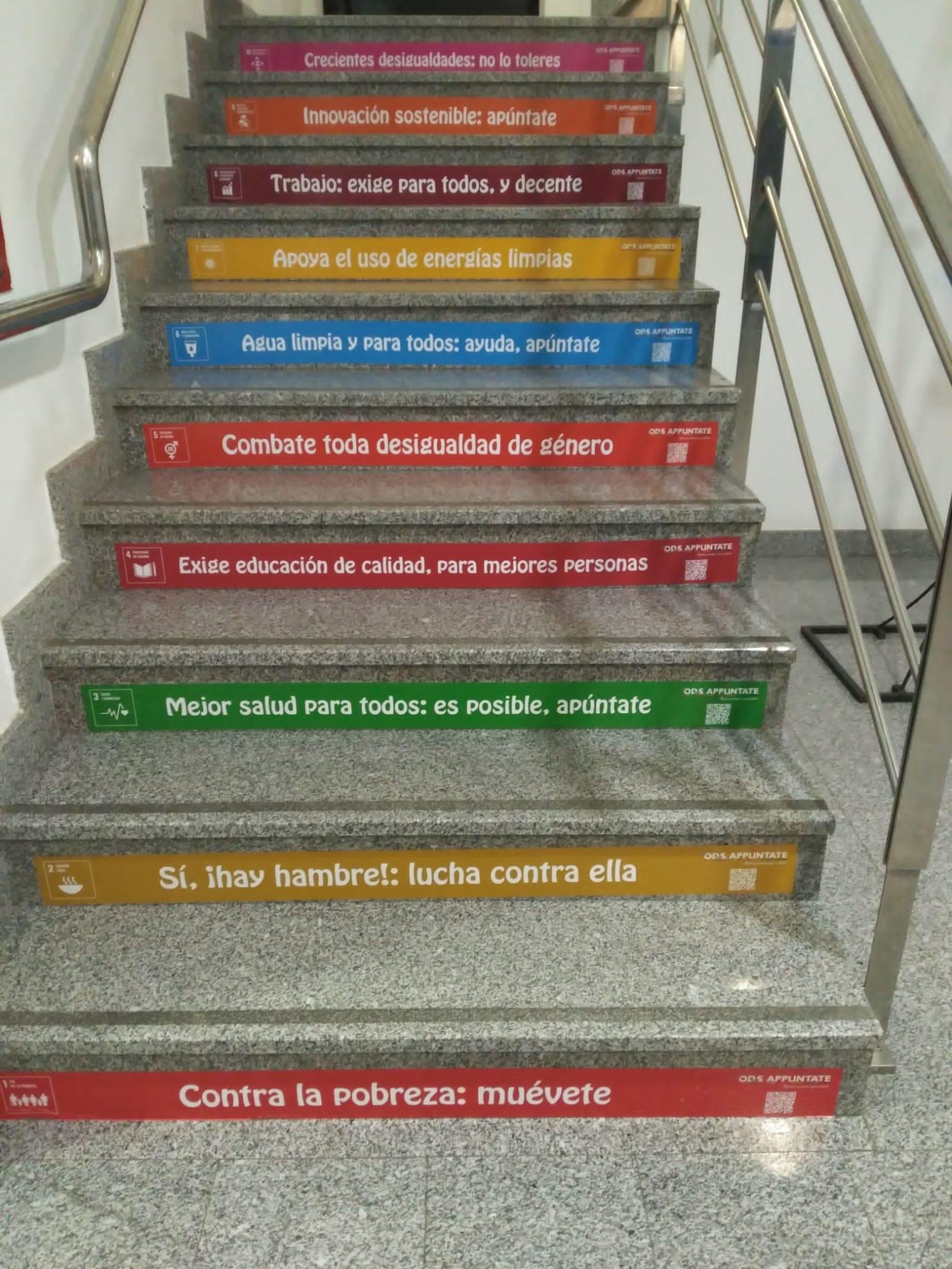 Imagen ODS URJC Mensajes en los escalones para concienciar sobre la Agenda 2030